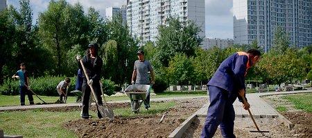 """Silpnas rublis iš Rusijos veja """"svečius darbininkus"""""""