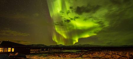 Turistui Islandijoje pavyko nufotografuoti Šiaurės pašvaistės fone išsiveržusį ugnikalnį