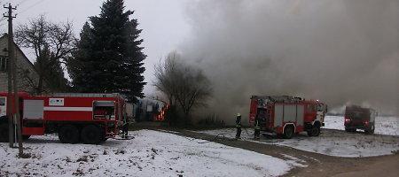 Lazdijų rajone sudegė tvartas, gyvulius pavyko išgelbėti