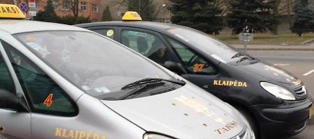 Vos kvėpuojantys Klaipėdos taksistai keikia valdžią ir sprunka iš nuostolingo verslo