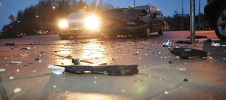 """Trečiadienio rytą Vilniuje susidūrė """"Renault"""" ir VW, sužalotas žmogus"""