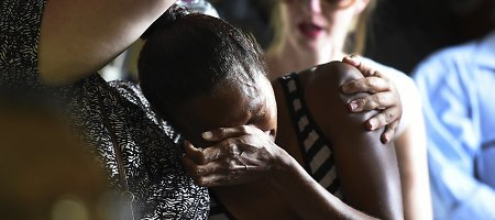 Širdį draskantis vaizdas: tėvas ir močiutė atsisveikina su nužudytais Australijoje vaikais