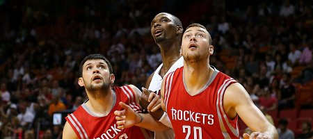 """Donatas Motiejūnas sužibėjo kovodamas dėl kamuolių, tačiau """"Rockets"""" pralaimėjo"""