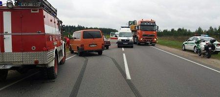 """Pakeliui į Trakus susidūrė """"Audi"""" ir """"Volkswagen"""", sužalotas vyras"""