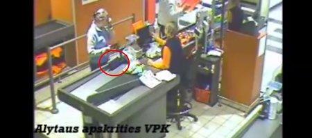 """Nufilmuota mikliarankė alytiškė, """"Norfoje"""" pavogusi rankinę ir išvažiavusi raudonu """"VW Passat"""""""