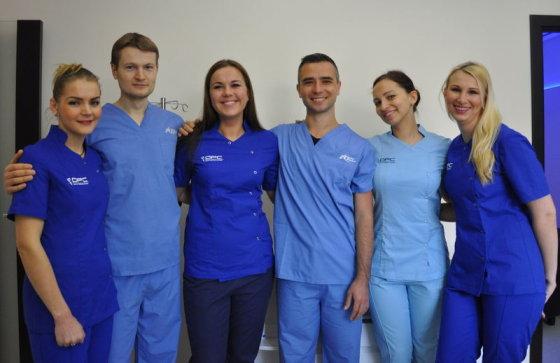 Gydytojas S. Bankauskas (trečias iš dešinės) ir Dantų priežiūros centro kolektyvas džiaugiasi galėję padėti ne vienam žmogui, kuris jau buvo praradęs viltį turėti tvirtai besilaikančius ir natūraliai atrodančius dantis.