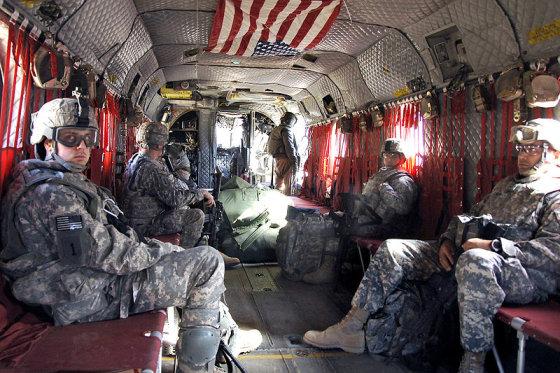 """en.wikipedia.org/JAV kariškių nuotr./JAV kariai skrenda sraigtasparniu """"CH-47 Chinook"""""""