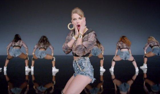 """Kadras iš vaizdo įrašo/Taylor Swift dainos """"Shake It Off"""" vaizdo klipe"""