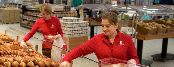 """Profesionalūs pirkėjai – prekių surinkėjai, didžiausios maisto ir kasdienių produktų elektroninės parduotuvės """"Barbora"""" darbuotojai – vykdantys klientų užsakymus."""