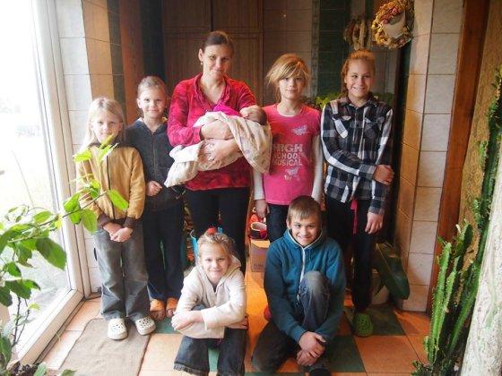 Asmeninio albumo nuotr./Gitana Janulienė su pulku vaikų