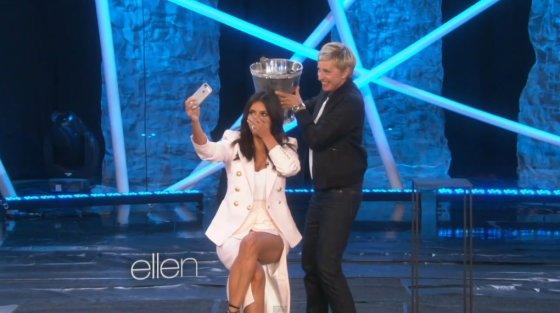 Kadras iš vaizdo įrašo/Kim Kardashian priima ledinio vandens iššūkį