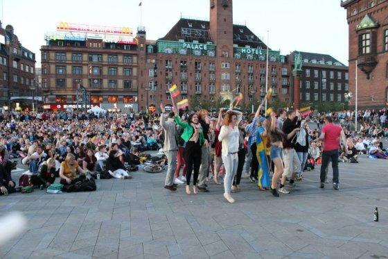 """S.Sereikaitės nuotr./2013-ųjų """"Eurovizijos"""" finalą S.Sereikaitė su draugais stebėjo Kopenhagos rotušės aikštėje"""
