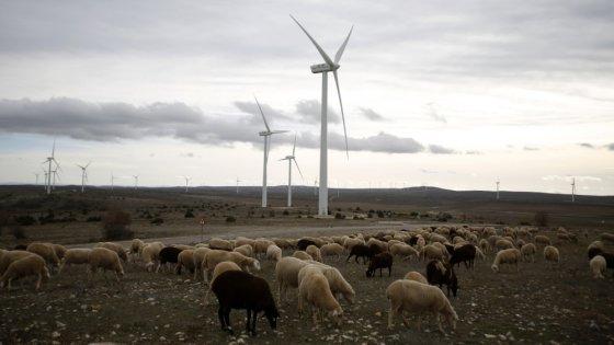 """AFP/""""Scanpix"""" nuotr./Vėjo turbinos Ispanijoje"""