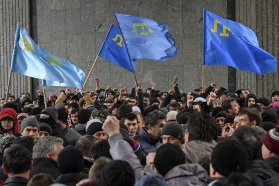 """""""Reuters""""/""""Scanpix"""" nuotr./Krymo totoriai piketuoja už Ukrainos teritorinio vientisumo išlaikymą prie parlamento Simferopolyje"""