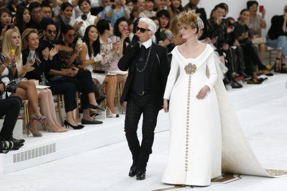 "AFP/""Scanpix"" nuotr./Karlas Lagerfeldas ir Ashleigh Good ""Chanel"" kolekcijos pristatyme"
