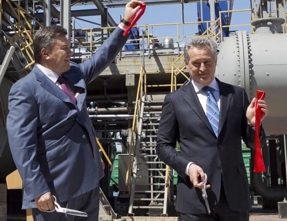 """""""Reuters""""/""""Scanpix"""" nuotr./Viktoras Janukovyčius su vienu turtingiausių Ukrainos žmonių Dmytro Firtašu"""