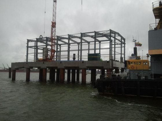 L. Sėlenienės nuotr. /SGD terminalo statybvietėje jau kyla pastatas