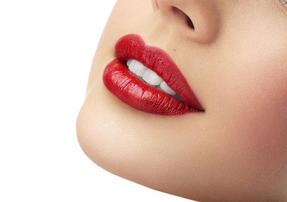 Fotolia nuotr./Nosis vizualiai atrodys mažesnė, jei lūpos bus išraiškingai padažytos