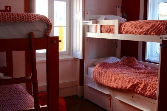 Apsistojus hostelyje ne sezono metu yra didelė tikimybė kelių lovų kambaryje miegoti vienam.
