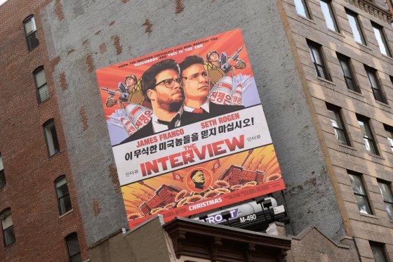 """""""Scanpix""""/""""Sipa USA"""" nuotr./Filmo """"Interviu"""" apie pasikėsinimą į Kim Jong Uną plakatas"""