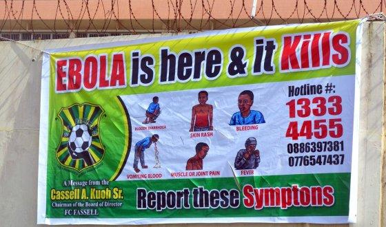 """AFP/""""Scanpix"""" nuotr./Apie Ebolos viruso grėsmę perspėjantis plakatas Liberijoje"""