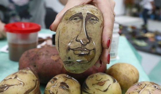 """""""Reuters""""/""""Scanpix"""" nuotr./Ant bulvės nupieštas Vladimiro Putino šaržas"""