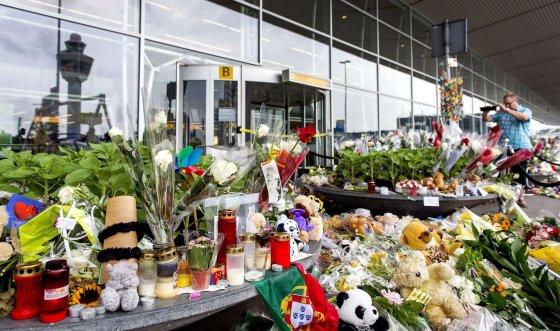 """""""Scanpix"""" nuotr./Gėlės ir žvakės žuvusiems """"Malaysia Airlines"""" aukoms"""