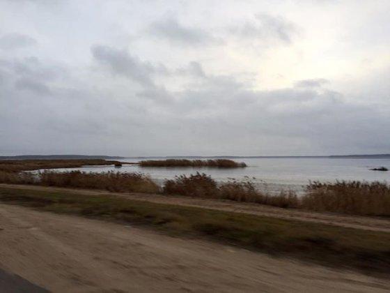 Didžiuliai ežerai, paplūdimys palei miestelį kaip filmuose.