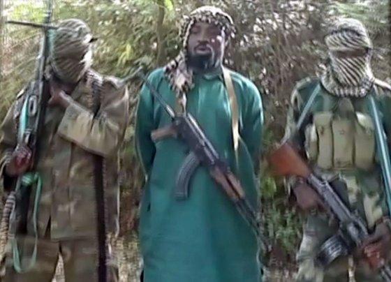 """AFP/""""Scanpix"""" nuotr./""""Boko Haram"""" grupuotės lyderis Abubakaras Shekau (centre) su savo smogikais"""