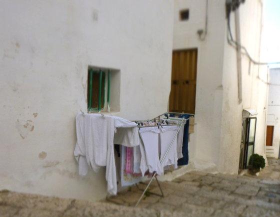 Baltame mieste net skalbiniai balti