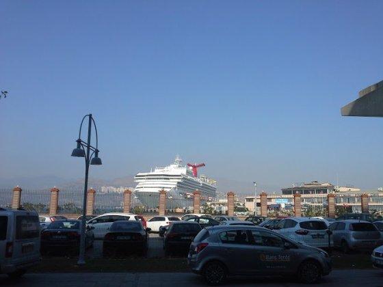 Kruizinių laivų terminalas, su gražuoliu laivu priešaky