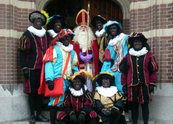 Kalėdų Senelis ir jo juodaodžiai palydovai.