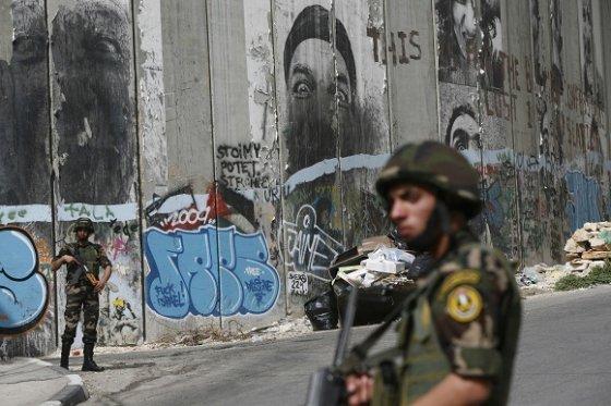 """AFP/""""Scanpix"""" nuotr./Izraelį nuo Palestinos Autonomijos teritorijų skirianti saugumo siena"""