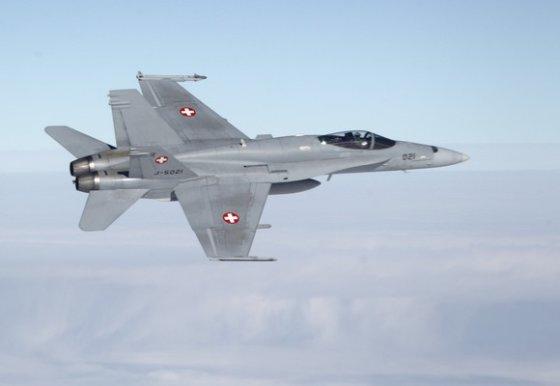 """""""Reuters""""/""""Scanpix"""" nuotr./Šveicarijos kariuomenės FA-18 naikintuvo treniruotės"""