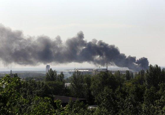 """""""Reuters""""/""""Scanpix"""" nuotr./Juodi dūmai virš Donecko oro uosto"""