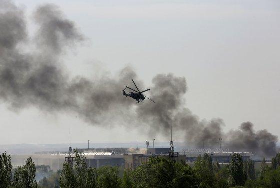 """Reuters""/""Scanpix"" nuotr./Ukrainos karinis sraigtasparnis ""Mi-24"" Donecke"