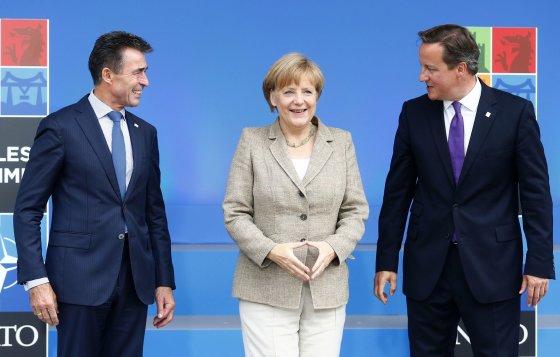 """""""Reuters""""/""""Scanpix"""" nuotr./Andersas Foghas Rasmussenas, Angela Merkel ir Davidas Cameronas"""