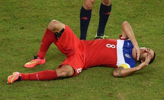 "AFP/""Scanpix"" nuotr./Clintui Dempsey iš nosies bėga kraujas"