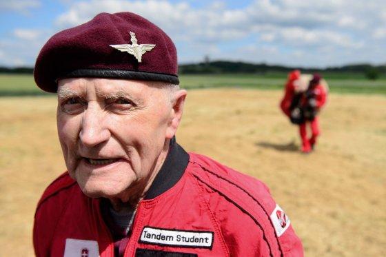 """AFP/""""Scanpix"""" nuotr./89 metų veteranas Jockas Huttonas"""