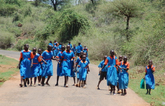 Eglės Digrytės nuotr./Endorois vaikai pareina iš mokyklos