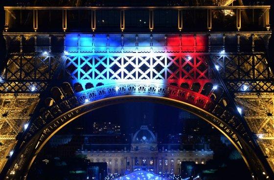 """AFP/""""Scanpix"""" nuotr./Prancūzijos vėliavos spalvomis apšviestas Eifelio bokštas"""