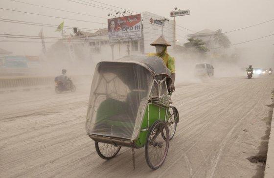 """""""Reuters""""/""""Scanpix"""" nuotr./Indonezijos Javos saloje išsiveržė Keludo ugnikalnis"""