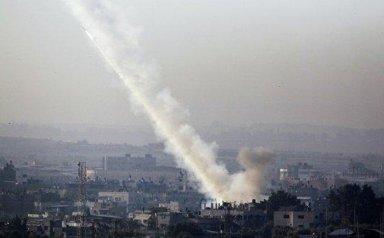 """AFP/""""Scanpix"""" nuotr./Iš Gazos Ruožo į Izraelį šaunamos raketos"""