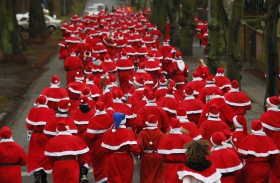 """""""Reuters""""/""""Scanpix"""" nuotr./Kalėdų senelių bėgimas Vokietijoje"""