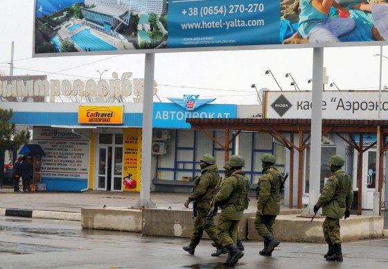 "AFP/""Scanpix"" nuotr./Karai budi prie Simferopolio oro uosto"