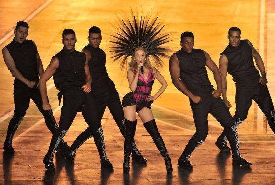 """AFP/""""Scanpix"""" nuotr./Kylie Minogue Sandraugos žaidynių uždarymo ceremonijoje"""