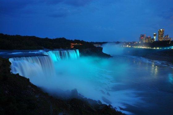 """""""Scanpix"""" nuotr./Mėlynai apšviesti Niagaros kriokliai"""