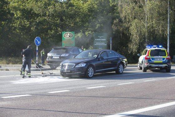 """""""Scanpix""""/""""Expressen"""" nuotr./Po avarijos automobilis, kuriuo buvo vežamas Švedijos karalius Carlas XVI Gustafas."""