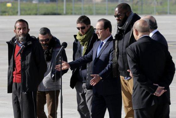 """""""Reuters""""/""""Scanpix"""" nuotr./Prieš tris metus Nigeryje pagrobti keturi vyrai grįžo į tėvynę."""