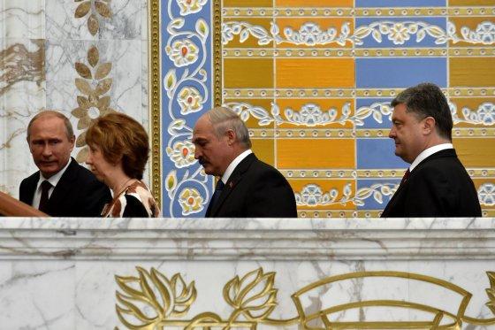 """AFP/""""Scanpix"""" nuotr./Rusijos prezidentas Vladimiras Putinas, ES užsienio politikos vadovė Catherine Ashton, Baltarusijos prezidentas Aleksandras Lukašenka ir Ukrainos prezidentas Petro Porošenka"""